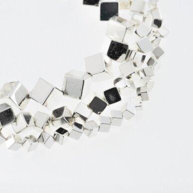 Hematitas, regeneruotas, galvanizuotas, įstrižai gręžto kubo forma, sidabro spalva, 39-40 cm/gija, 4 mm