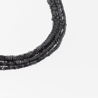 Hematitas, regeneruotas, matinis, sulenkto kvadrato rondelės forma, juoda spalva, 39-40 cm/gija, 2x1, 3x1, 4x1 mm
